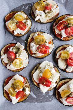 Pizza aubergine, tomate et mozzarella -2 gr.aubergines en tranches d'1 cm, 6 cs coulis tomates,15 tomates cerises, mozzarella, 1 chèvre frais, basilic, zaatar, huile olive, sel, poivre. #vegan