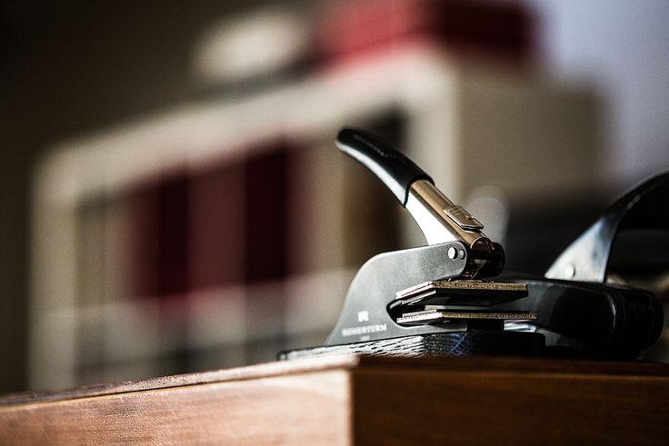 Unsere Prägezange von Römerturm kommt bei jedem Umschlag und jeder Karte zum Einsatz. Unsere mini in-house Letterpress-Manufaktur