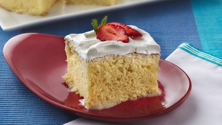 Trois formes de «Leche » (lait) sont versées sur un gâteau cuit au four pour un dessert gourmand unique.  Et il est incroyablement facile à concocter grâce au mélange à gâteau et au glaçage déjà préparé.