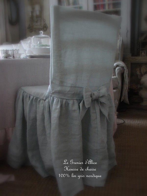 Housse de chaise shabby chic et romantique, en lin gris nordique. Romantic chair slipcover