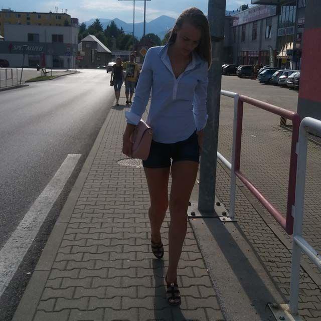 Oživte váš outfit krásnou koženou kabelkou do ruky z Emotys.cz. Můžete ji nosit také crossbody, přes rameno a v ruce. Výborrne ladí k modré, černé, béžové, bílé, ale i červené. Kombinujte ji s červenou a ukažte, že jste cool !!!!!!!!