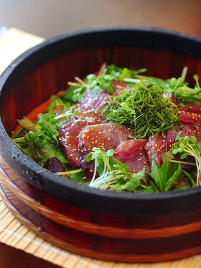 甘みのある玉ねぎドレッシングが鰹に染みて美味! 季節の魚と野菜でアレンジしてみて|『ELLE a table』はおしゃれで簡単なレシピが満載!