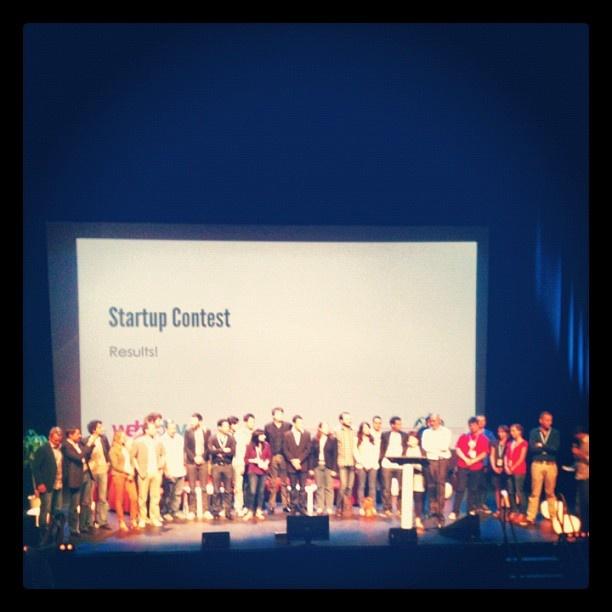 Photo du Startup Contest avec les 16 startups et les 6 membres du jury #web2day