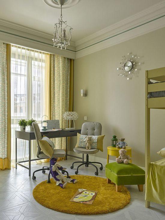 Создайте стильный интерьер: детская в скандинавском стиле c рабочим местом и светлым паркетным полом для девочки - последний тренд