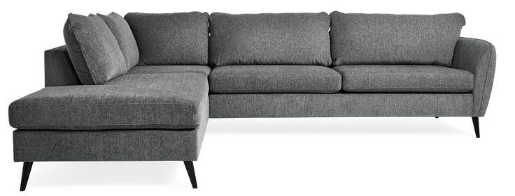 County är en spännande soffa där enkelheten och den rena designen ger soffan en skandinavisk känsla. Den har en fast komfort, något djupare sits och låg rygg. De vinklade benen och smala armstöden ger County retro-vibbar och ett stilrent formspråk. Benen på County är höga vilket ger soffan en luftig känsla och underlättar vid städning, samtidigt som soffan får en lite högre sitthöjd.