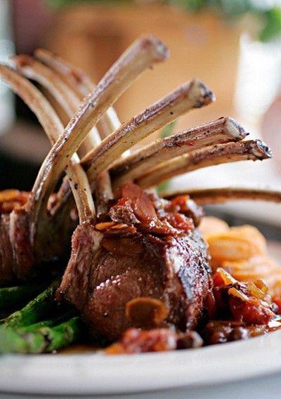 Côtelette d'agneau, moutarde douce au miel, rillettes au poivre, bacon craquant, glace de viande aux baies de sureau, gaufre de pomme de terre - Bergerie du Pont