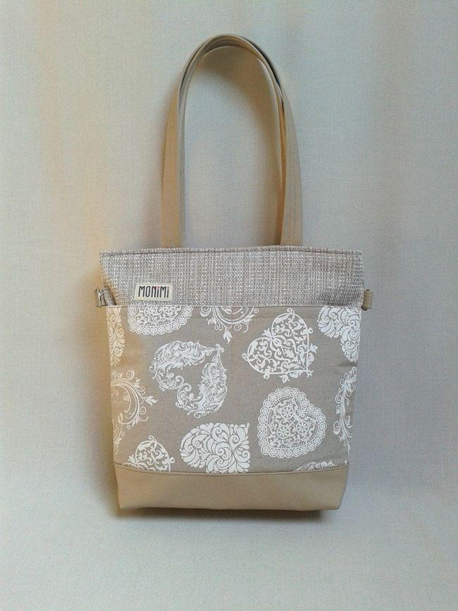 Gyönyörű csipke szívek díszítik ezt a táskát. A drapp textilbőr és a lenvászon könnyed, nyárias érzéseket kelt bennünk. Minden színnel nagyon jól hordható, praktikus darab Young-bag 12 női táska