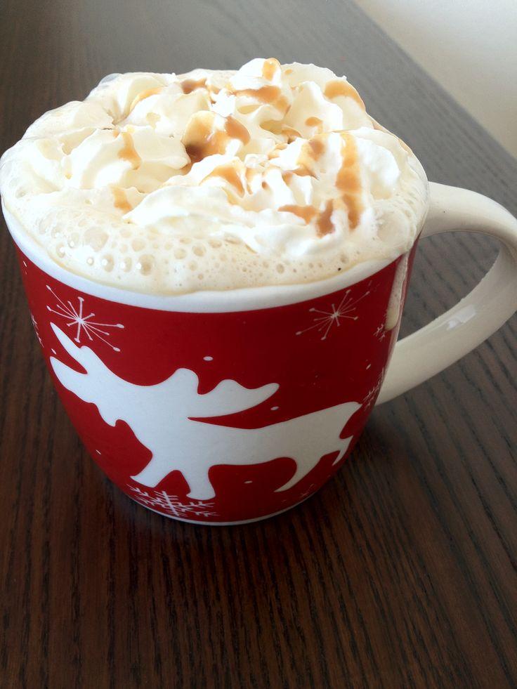 Een lekkere warme koffie met karamel en melk. Lekker voor in het koude weer. Tijd: 5 min. Benodigdheden: 1 tot 1,5 schepje oploskoffie 1 beker melk slagroom 2 theelepels karamel (+ karamel ter versiering) Je kan karamel gewoon bij de AH kopen in een kleinere fles. In het schap van de pannenkoekenmix 1 theelepel suiker...Lees Meer »