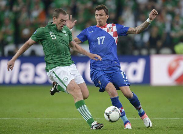 Croatian forward Mario Mandzukic vies with irish defender Richard Dunne during the Euro 2012