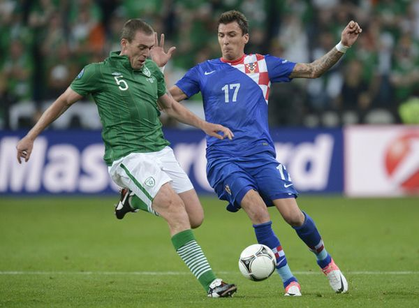 Croatian forward Mario Mandzukic vies with irish defender Richard Dunne during the Euro 2012