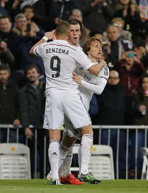 Ancelotti Yakin Modric, Bale, & Benzema Bisa Main Lagi Sebelum Musim Tuntas  Di saat musim kian mendekati akhir, Real Madrid harus kehilangan Luka Modric, Gareth Bale, dan Karim Benzema karena cedera. Carlo Ancelotti yakin ketiganya bisa segera pulih sebelum musim tuntas.  Ketiga pemain itu absen bersamaan saat Madrid menang 1-0 atas Atletico Madrid di leg kedua perempatfinal Liga Champions pertengahan pekan lalu. Modric mendapat masalah pada ligamen lutut yang disebut membuatnya harus…