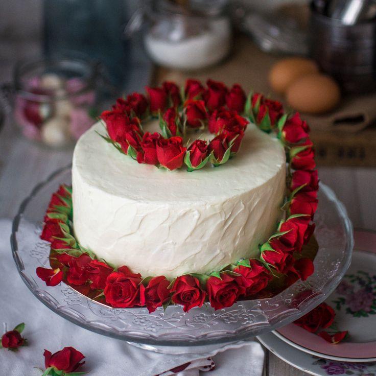 """Популярный американский торт """"red velvet"""" в новом исполнении от @cakeup_moscow. Ванильно-шоколадный бисквит и cream-cheese - незыблемая классика. Автор instagram.com/cakeup_moscow"""