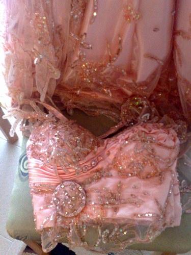 Tenue pour mariée toute en tulle brodé couleur pêche ,incrustée par des piéres même couleur  Robes de mariées: Keswa et robes style Libanais
