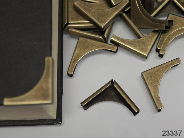 23337 Ozdobný roh bronzový 20mm, bal. 10ks Kovový růžek ozdobí a zároveň rohy Vaší knihy, diáře, peněženky či kabelky.Ochranný prvek nasadíme na roh výrobku a lehce ztiskneme nejlépe přes látku proti poškození reliéfu kovu. Uplatnění najde v scrapbookingu, textilní a čalounické výrobě apod. V nabídce různé varianty. Rozměr: 20/20/4mm Materiál: kov Cena za ...