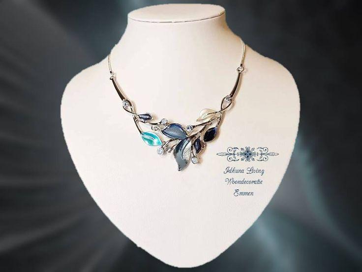 Dames halsketting kort zilverkleur met blauw getint emaille Collectie 2017