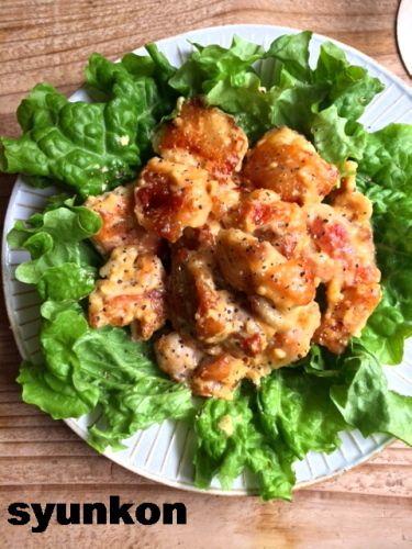 【簡単!!】おすすめです。味噌マヨチキン|山本ゆりオフィシャルブログ「含み笑いのカフェごはん『syunkon』」Powered by Ameba 材料(2人分) ●鶏もも肉・・・・1枚(ムネ肉でもよかったね) A塩、こしょう・・・・各少々 A酒・・・・大さじ1ぐらい ●片栗粉・・・・適量 B味噌・・・・小さじ1ぐらい Bマヨネーズ・・・・・大さじ2ぐらい Bしょうゆ・・・小さじ1ぐらい B砂糖・・・・小さじ1ぐらい Bみりん・・・・小さじ1ぐらい B牛乳(または水)・・・・大さじ1ぐらい ●あれば粗挽き黒こしょう・・・・適量  <作り方> 鶏肉はひと口大に切ってAをもみこみ(できれば15分以上おき)、片栗粉をまぶす。 フライパンにサラダ油(分量外)を熱して並べ、こんがりしたら裏返して蓋をし、中まで火を通す。 余分な脂がダァーーー出てるんで、ふきとり、合わせたBをいれて火を止め、絡める。 器に盛り、あれば黒こしょうをふる。