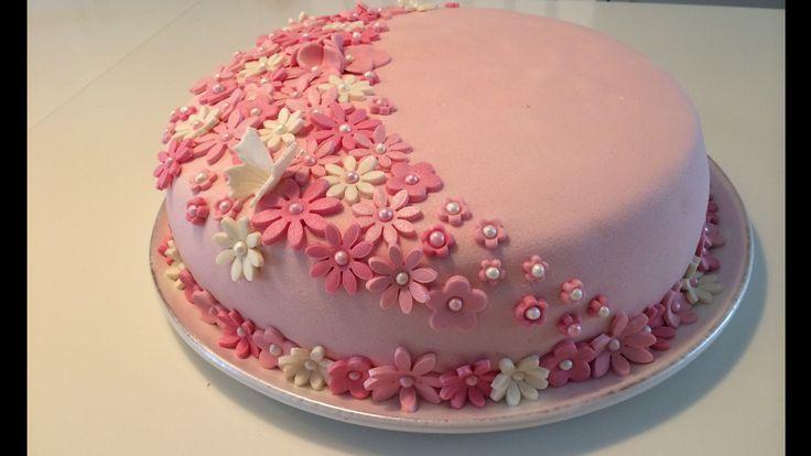 Kake til konfirmasjon. Sukkerbrød fylt med sjokolademousse m/mokkabønner og vaniljekrem m/friske jordbær.