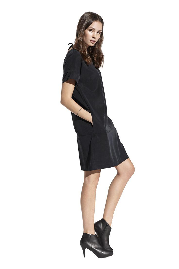 Fawn dress. Køb den på http://www.blackswanfashion.dk/ Fawn dress. Buy it on http://www.blackswanfashion.com/ #ribbonbackdress #tenceldress #cutedress #chicdress #longsleeveddress #roundneckdress #drappeddress #casualoutfit #dresswithshortsleeves #blackdress #littleblackdress #loosefitteddress #comfydress #perfectdress #minimalisticdress #simpledress #gorgeousdress #stylishdress #femininedress #comfydress #abovekneelenghtdress #relaxdress #pocketdress