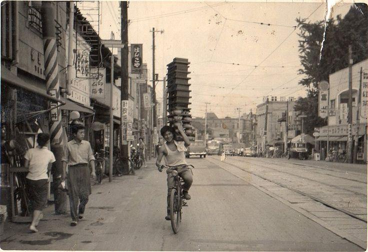 これぞ職人技!昭和のそば屋の出前風景がアート写真だと海外で話題に(7光景) | COROBUZZ