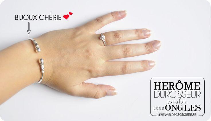 Le mois dernier, je me suis rendue sur le salon Cosmeeting où j'ai rencontré l'équipe Hérôme qui a vu le sale état de mes ongles... Ils ont eu pitié de moi et m'ont offert un kit durcisseur extra-f...