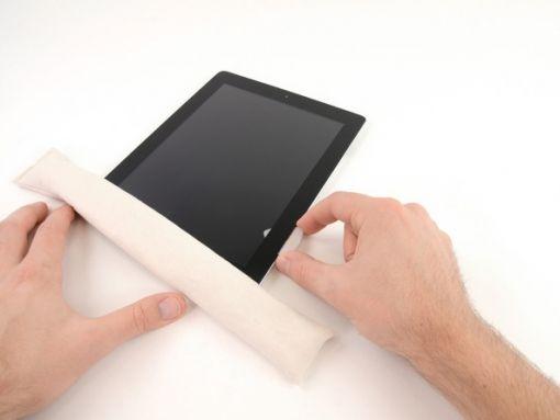 Schritt 9.2 - Sie müssen möglicherweise etwas Kraft benutzen, weil der Kleber sehr stark ist. Seien Sie vorsichtig, während Sie dies tun.  Wenn die Spitze des Plektrum unter der Frontscheibe sichtbar ist, ziehen Sie es etwas heraus. Wenn das Plektrum so tief eingedrückt ist, wird es nichts beschädigen, aber es kann den LCD mit den Resten des Klebers abdecken.