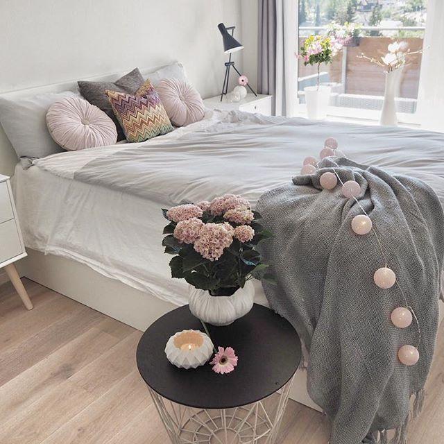 God kveld vært nydelig vær i dag☀️Jeg var så heldig å få nytt sengetøy fra @beachhousecompany , så nå gleder jeg meg til å legge meg, om noen timer! Kan kjøpes hos  @lykkeligpaahaver  - - - - -- - - - - - - - - -#interior#lights#interiordesign#flowers#interiør#inspiration#pastel#fashionstyle#deco#bolig#fashionista#nordicinspiration#decor#instalove#homedecor#detalis#bedroominspiration#bedroominspo#bedroomdecor#night#bed#sovrum#fashionaddict#interiorinspiration#sun #delmittbilde#uke...