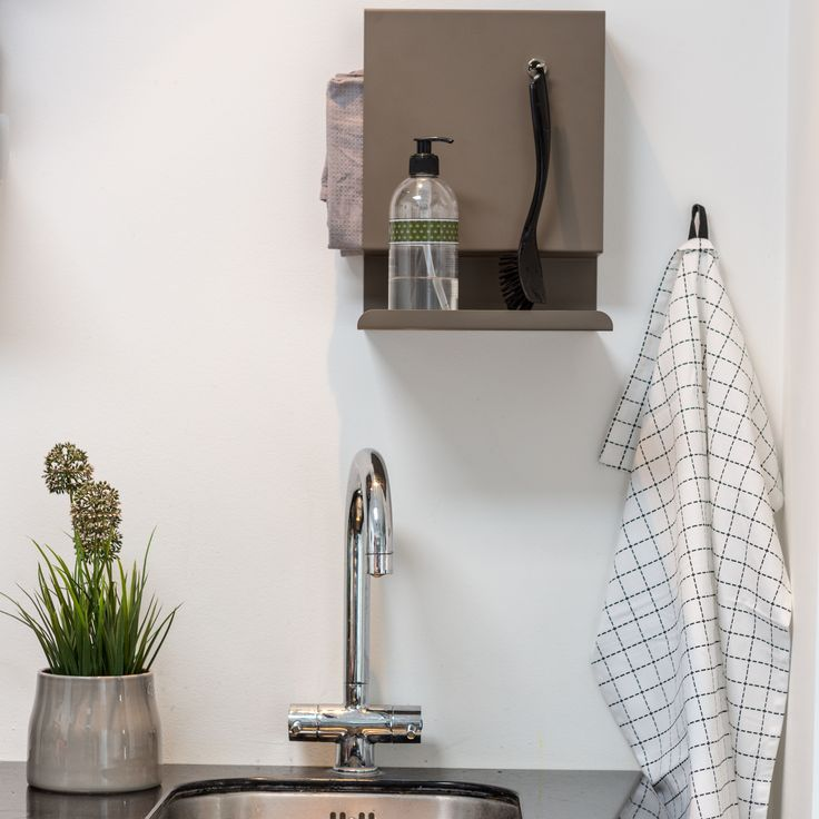 Ledge:able shelf in the kitchen