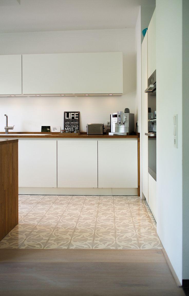 Eine Moderne Weisse Kuche Mit Via Zementmosaikplatten In Weiss Und Grau Mit Einem Organischen Muster Und Moderne Weisse Kuchen Kuchen Bodenfliesen Kuche Weiss Holz