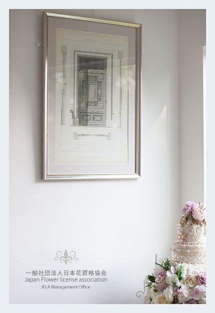 Gold frame.favorite picture.and order made Artificial flower cake.roses.JFLA本部華夢フラワーデザインスクールのエントランス♡オーダーメイドケーキと絵画がディスプレイされております。