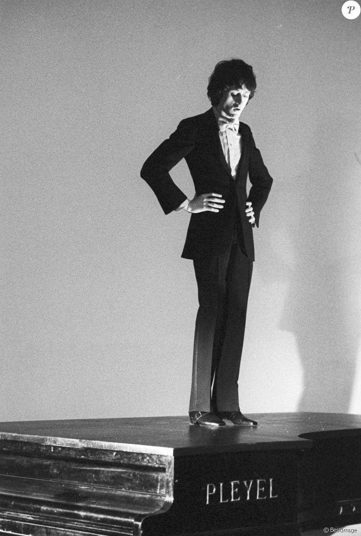 """Michel Polnareff lors de l'émission """"Show Jacques Chazot"""" à Paris le 11 avril 1968."""