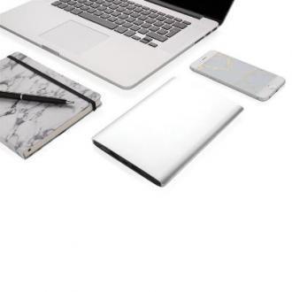 Baterie externa #promotionala de siguranta 18.000 mAh, de mare capacitate, cu acumulator litiu polimer de inalta calitate. Prevazut cu 2 porturi USB pentru incarcarea a doua dispozitive simultan. Capacitatea mare a bateriei suporta incarcarea de doua ori a unei tablete si de pana la 6 ori a unui telefon. Acumulatorul vine insotit de un cablu microUSB si poate fi #inscriptionat la alegere cu detaliile companiei pentru a fi inclus in campaniile de #promovare pe care le pregatiti.