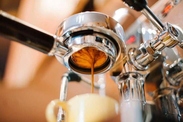 Πως φτιάχνεται ένας espresso; [video]. Αυτό το ενδιαφέρον βίντεο εξηγεί λεπτομερώς τη διαδικασία παρασκευής του τέλειου espresso και το τι συμβαίνει στο εσωτερικό της μηχανής espresso η οποία δίνει στο καφέ κρεμώδη και μοναδική γεύση.