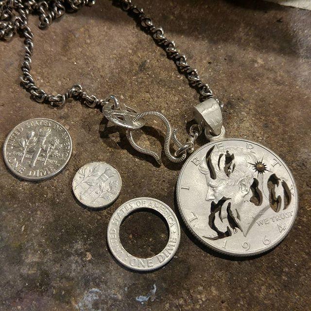 これまで当タイプのチェーンはバチカン通す時に丸カン外さないと通せない不便な仕様でしたがフックの先端からクルッとそのまま通せるように改良  ちなみに写ってるフックとホイールは1枚の10セント銀貨から製作した物です  #coinjewelry #fishhook #arabesque #hook #wheel #onedime #coinsilver  #silver900 #vintage #chain #necklace #pendant #silveraccessory #madein #japan #tokyo #shibuya #yoyogi