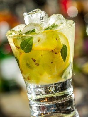 Corte as uvas ao meio e a metade do limão em fatias finas. Macere suavemente as frutas com o açúcar no copo até Macere suavemente até obter um bom sumo. Coloque as folhas de manjericão, gelo até a borda, despeje a cachaça e misture. ;Bebidas Alcoólicas;