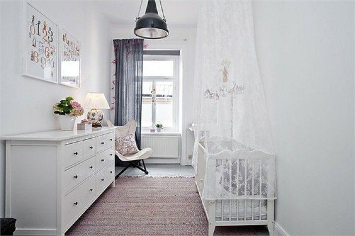 Kinderkamer - Donkere gordijnen en industriele lamp.