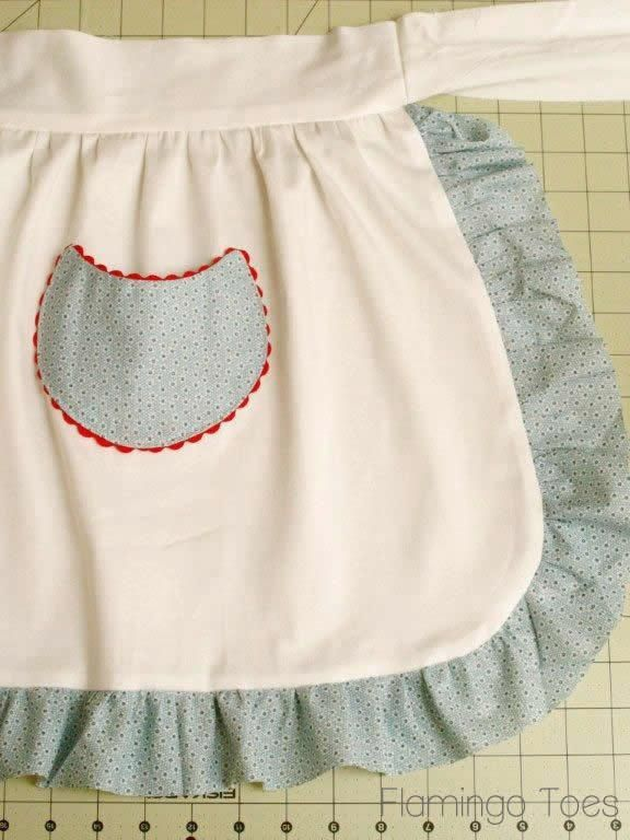 Tutorial: Simple Retro Christmas Apron  Love this, bet @Joy Cunny would too, since it has RICK RACK!