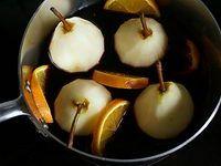 Poires pochées au vin rouge et aux épices - Recette poires au vin rouge