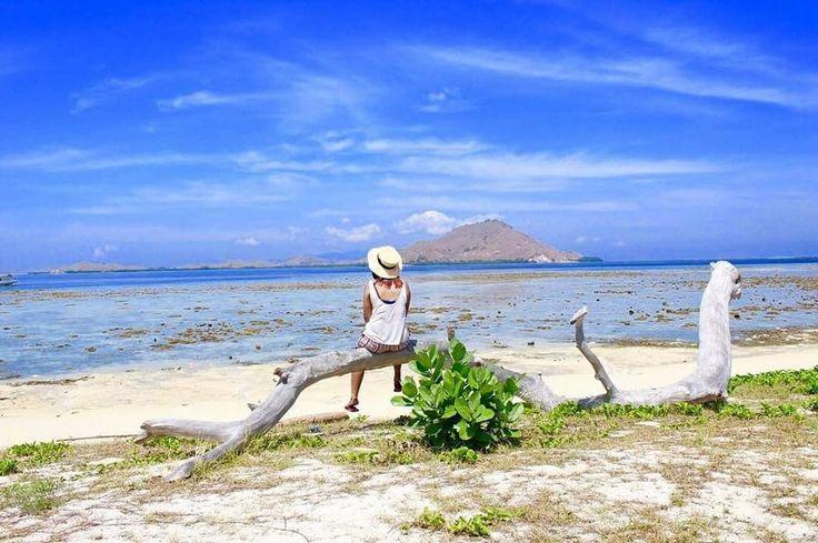 Pulau Kanawa adalah sebuah pulau tropis yang indah, tidak terlalu luas tapi pulau ini sepenuhnya dikeliling oleh pantai berpasir putih dan terumbu karang.  . . Location : Pulau Kanawa Labuan Bajo Photo by: @desyarifin .  #kanawaisland #tamannasionalkomodo #flores #tukangjalan #tukang_jalan #tukangjalantrip #PesonaIndonesia #ExploreNusantara #indonesia #komodotrip #explorekomodo #jalanjalan #traveling #tour #sailingkomodotrip #pulaupadarflores #gililabakisland