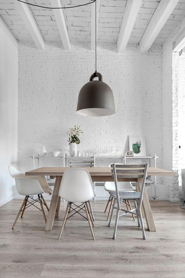 blanc, bois naturel, chaises dépareillées, énorme suspension ... tout y est !