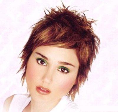 Coloration brunroux avec mèches plus pâles sur cheveux