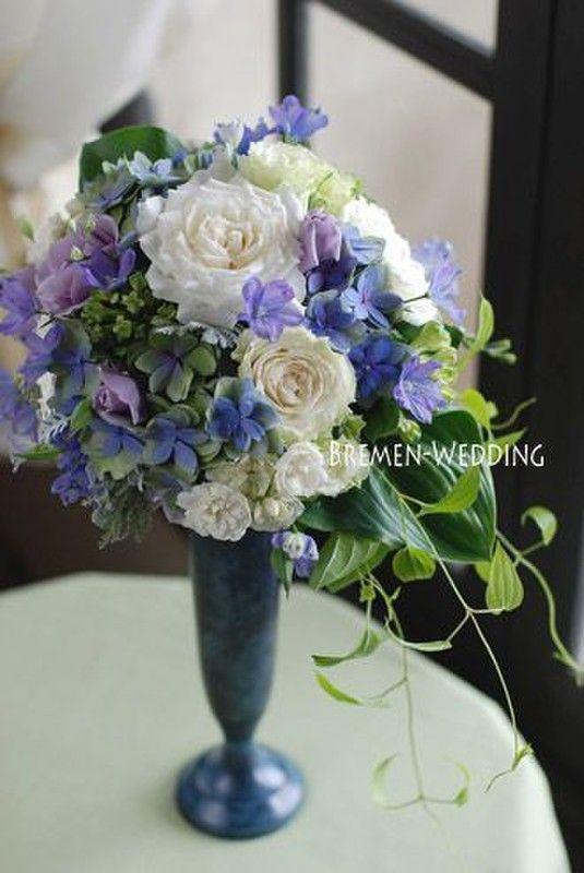 """something blue(何か青いもの)の青は、古代ローマでは愛・謙遜・貞節を象徴し、聖母マリアのシンボルカラーです。 そこで紹介したいのがデルフィニウムという青いお花。花言葉は「あなたは幸福をふりまく」です。 結婚式のシーンにはぴったりな花言葉ですよね。 画像のようにホワイト×グリーン×ブルーのブーケは淡い色のドレスには相性ピッタリです* 高砂のお花として取り入れてもステキですね◎ もしくは、演出でブルーを取り入れるのはいかがでしょう? """"身に付ける""""とは少しそれてしまいますが、ブルーに会場が一斉に染まる景色もステキだと思いませんか…♡"""