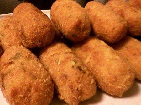 Croquete de Frango,receita,1/2 kg de peito de frango moído,Suco de 1/2 limão,1 cebola picadinha,2 dentes de alho amassados,3 colheres de sopa de azeite,2 tabletes de caldo de galinha