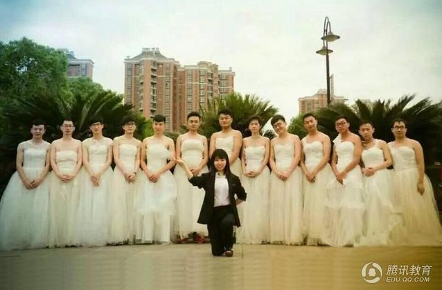 Graduation picture in Wuhan Polytechnic University, boys put on wedding dress as there are few girls in their class.
