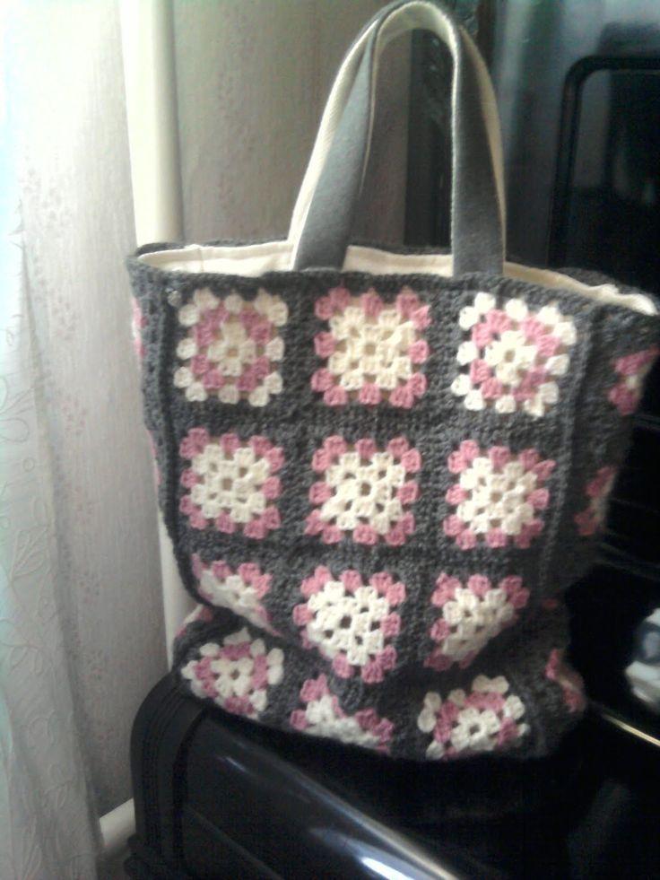 Hej! En vän till mig kom med idén att jag skulle testa virka en väska av mormorsrutor. Vilket jag gjorde, och jag är väldigt nöjd och det v...