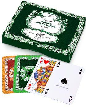 Karty Do Gry - 2432. Liście dębu Dwutaliowy komplet wyprodukowany przez wiedeńską fabrykę specjalnie z myślą o polskich wielbicielach tego przedwojennego wzoru, dostępnego dotychczas tylko w wersji pojedynczych talii. Są to jedne z najbardziej rozpoznawalnych Piatnikowskich kart, lubiane już przez Piłsudskiego. W dzisiejszych czasach bywają znane jako ''Pewexy'', od nazwy sklepów, w których gracze mogli zdobyć ten deficytowy za czasów PRL towar. Na awersach piękne figury, na rewersach i…