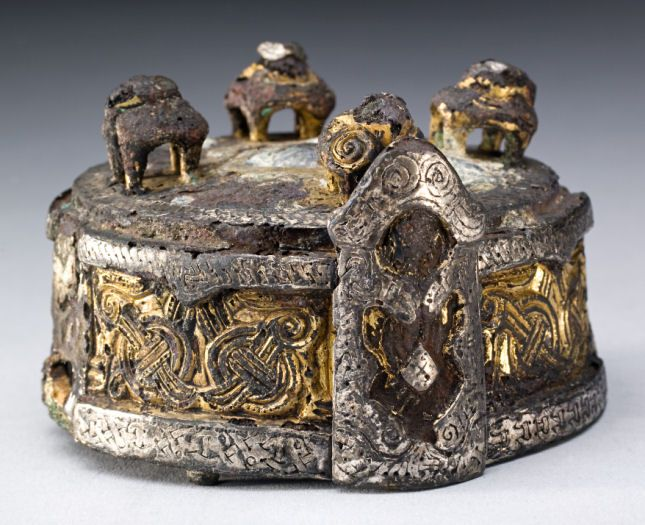 "A so-called box brooch from Gotland was also present in the grave. The völva apparently re-used the hollow brooch as a container for ""white lead"". White lead is a white dye, which for more than 2000 years has been used in medicine - in skin ointments, for example. It is poisonous in its concentrated form."