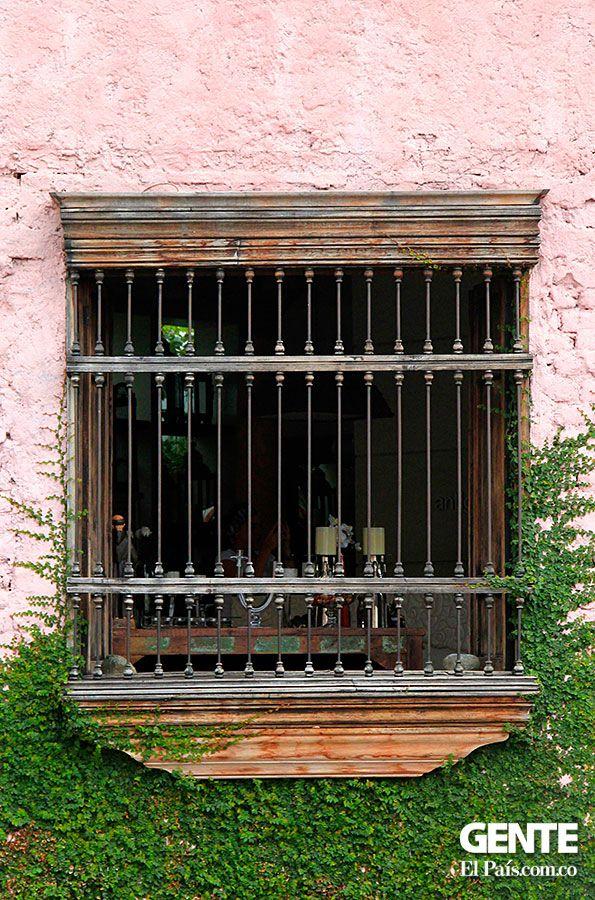 Ventana de Antigua contemporánea   Restaurante y Galería (San Antonio)