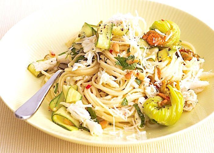I tagliolini con fior di zucca e zucchine si cucinano tagliando a listarelle i fiori di zucca e le zucchine, quindi preparando il sugo con i pomodori e l'aglio e aggiungendovi le verdure. Ecco tutti i passaggi della ricetta.