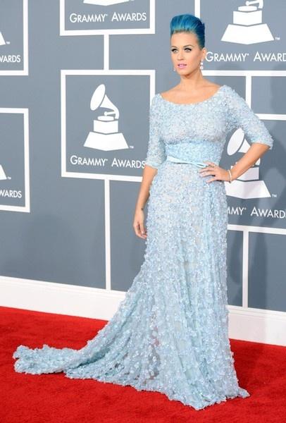 Een blauwe jurk die goed met haar blauwe haar matcht. Katy Perry droeg Elie…