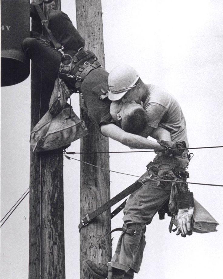 1967. 17 de Julio. Florida. El fotógrafo norteamericano Rocco Morabito se encuentra de servicio para el periódico local de Jacksonville cuando un fuerte estruendo le sorprende de camino a su automóvil. Un operario de las líneas eléctricas nacionales había sufrido una aparatosa descarga de más de 4.000 voltios y se encontraba inconsciente colgado a más de 12 metros de altura. Mientras su compañero intentaba reanimarle con 'el beso de la vida', Rocco, premio Pulitzer de 1968